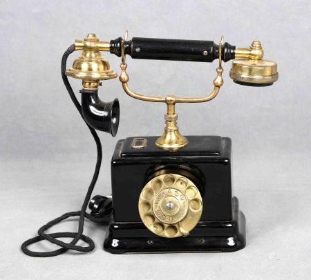 Antiguo teléfono, de la marca sueca ERICSSON, finales S.XIX. En baquelita negra y [...]