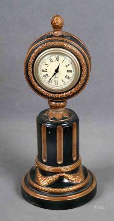 Reloj de sobremesa. En escayola policromada, en forma de columna acanalada, con [...]