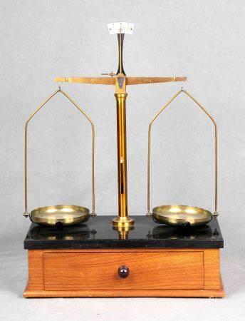 Balanza de precisión, finales S.XIX En bronce y latón dorado, sobre base de [...]
