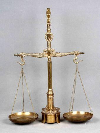 Balanza de precisión, finales S.XIX. En bronce y latón dorado, con decoración de [...]