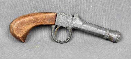 Pistola de juguete, finales S.XIX. En estaño con decoración de filigrana grabada y [...]