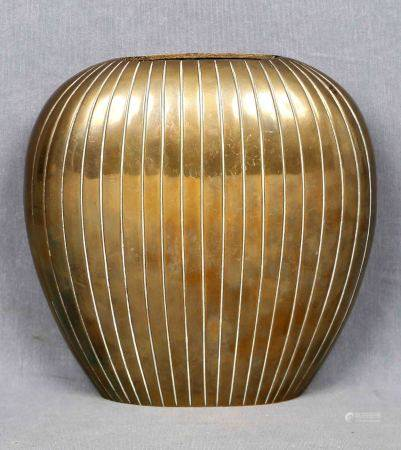 SIGUIENDO MODELOS DE JUST ANDERSEN. Florero, Art Decó. En bronce, circa 1920. Med.: [...]