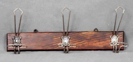Perchero modernista, Art Nouveau. En madera, con 3 colgadores en hierro, con relieves [...]