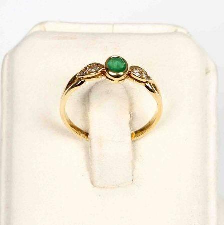 Sortija con esmeralda central en chatón, talla oval, y 2 brillantitos, en montura de [...]