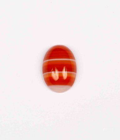 Ágata roja bicolor, talla cabujón oval. -