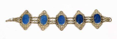 Pulsera iraní, en plata con 5 medallones decorados con lapislázuli. -