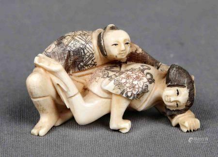 """""""Pareja erótica"""". Figura en marfil de mamut tallado y policromado. Se acompaña de [...]"""