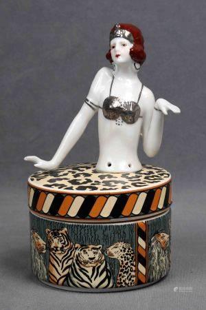 Caja francesa. En porcelana policromada con motivos de animales salvajes y tapa con [...]