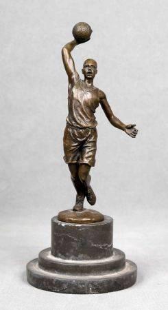 """ANÓNIMO. """"Jugador de baloncesto"""".  Escultura en bronce fundido y patinado. Alt.: [...]"""