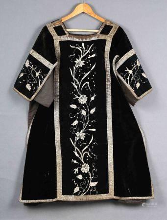 Casulla eclesiástica. En terciopelo de color negro, con decoración floral bordada [...]