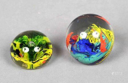 Lote formado por dos pisapapeles en forma de esferas. En cristal, uno de ellos [...]