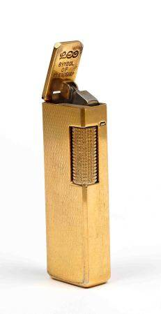 Encendedor, de la marca LEO. En dorado. -