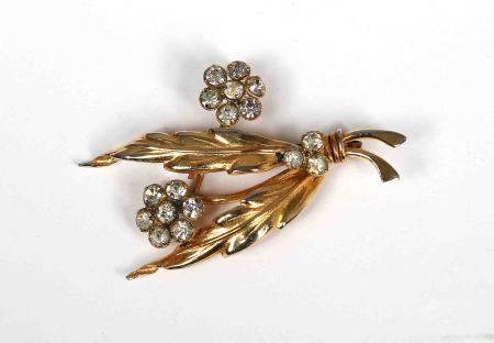 Broche floral. En dorado, decorado con piedras semipreciosas. -
