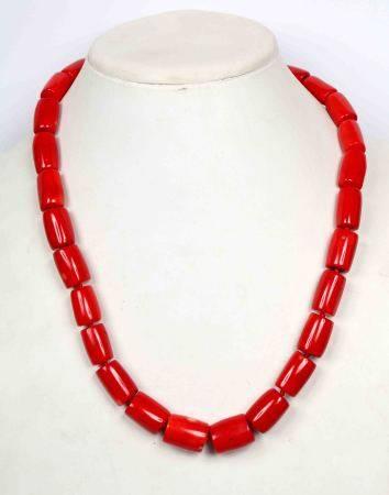 Collar de coral rojo con cuentas cilíndricas. Con cierre en plateado. -