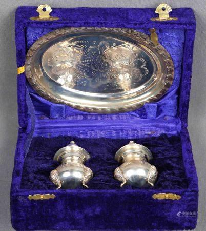 Juego de salero, pimentero y bandeja. En plata, con decoración floral cincelada, en [...]