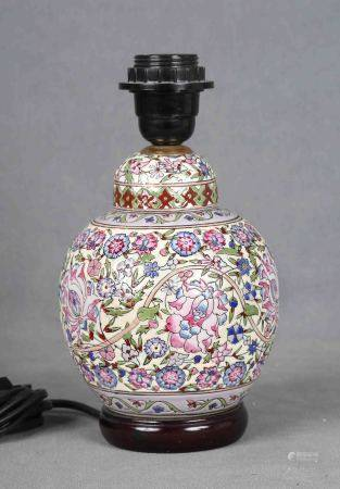 Pie de lámpara de sobremesa con forma de jarrón chino. En porcelana policromada [...]