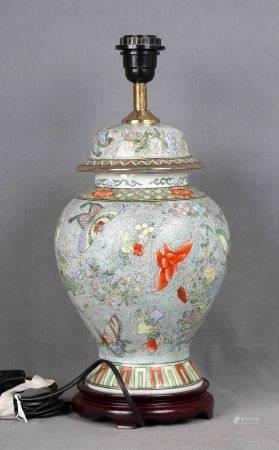 Pie de lámpara de sobremesa con forma de jarrón chino. En porcelana policromada, [...]