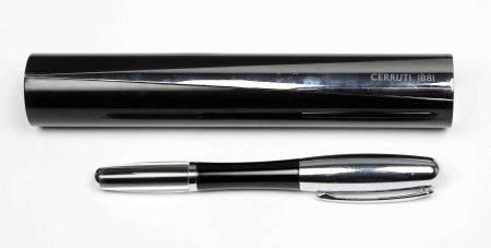 Pluma estilográfica, de la firma CERRUTI. En baquelita negra y plateado. En su [...]