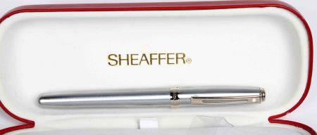 Pluma estilográfica, de la firma SHEAFFER. En plateado. En su estuche original. -