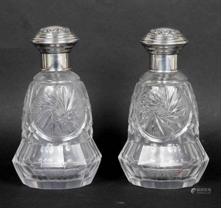 Pareja de frascos de tocador. En cristal tallado, con boca y tapón en plata [...]