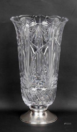 Jarrón.  En  cristal tallado, con base en plata punzonada. Alt.. 33 cm. -