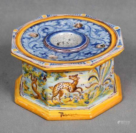 RUIZ DE LUNA. Tintero hexagonal, circa 1910-1920. En cerámica de TALAVERA, [...]