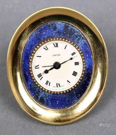 Reloj despertador, de la firma CARTIER. En dorado y decorado con esmalte. Esfera [...]