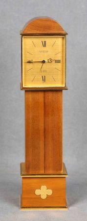 Reloj tipo carrillón de sobremesa, de la firma suiza LOOPING.  En madera y dorado, [...]