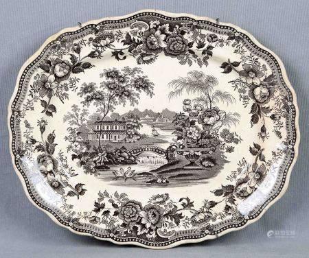 Fuente oval inglesa, S.XIX. En porcelana policromada, decorada con medallones de [...]