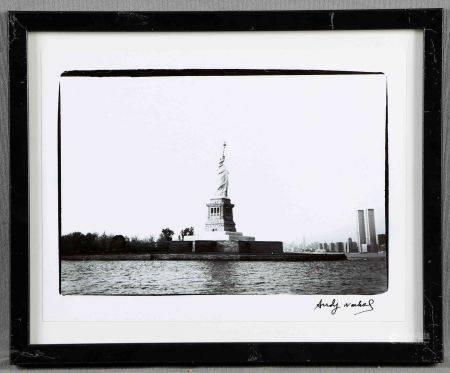 """WARHOL, ANDY. """"New York skyline"""".  Fotografía en blanco y negro. Al dorso, sello [...]"""