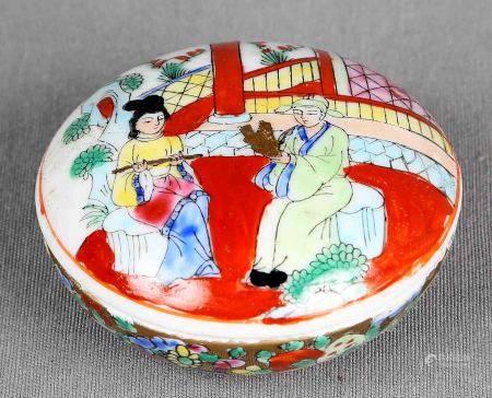 Cajita china. En porcelana china policromada, decorada con escena de interior. Marcas [...]