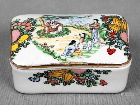 Caja oriental. En porcelana china, policromada y decorada con personajes enpaisaje. [...]