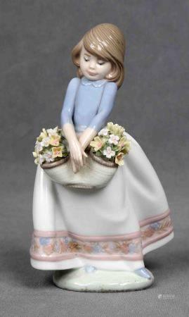 """LLADRÓ. """"Niña con flores"""".  Figura en porcelana española LLADRÓ, policromada. [...]"""