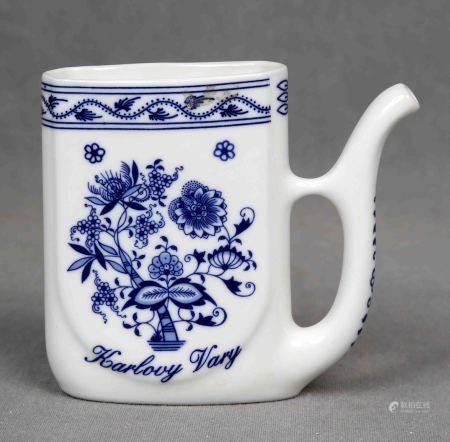 Jarrita.  En porcelana europea policromada decorada con motivos florales. Marcas en [...]