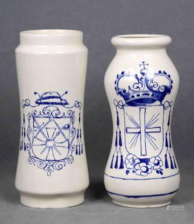Pareja de albarelos de farmacia. En cerámica policromada, con decoración de [...]