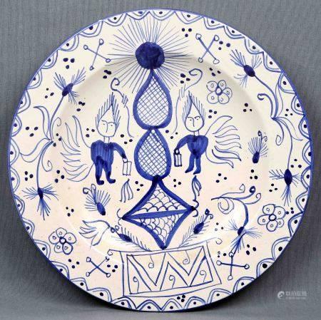 Plato decorativo. En cerámica policromada, con decoración geométrica y de [...]