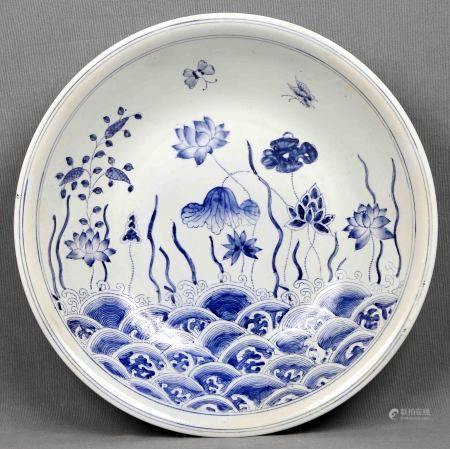 Fuente circular. En porcelana oriental MACAO, policromada y decorada con motivos de [...]