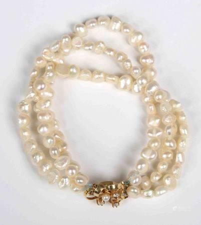 Pulsera de 3 vueltas de perlas de río. Con cierre en dorado. -