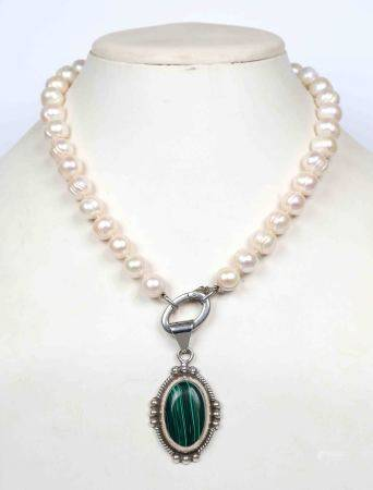 Gargantilla de perlas con colgante de malaquita, en montura de plata. -