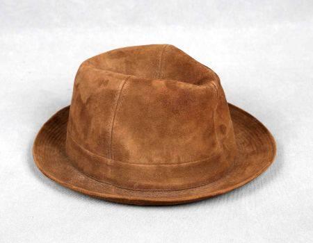 Sombrero francés, tipo borsalino. En ante de color marrón, de la firma CRAMBES. [...]