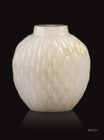 PORTA PROFUMO, CINA, DINASTIA QING, SEC. XIX  - in giada bianca di forma appiattita e [...]