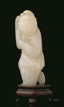 FIGURA, CINA, TARDA DINASTIA QING, SEC. XIX-XX  - in giada bianca raffigurante [...]