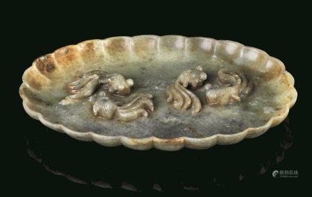 PIATTO, CINA, DINASTIA QING, SEC. XIX   - in giada verde celadon con granchi e pesci [...]