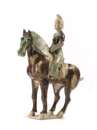 DAMA A CAVALLO, CINA, DINASTIA TANG (608-906)  - in terracotta smaltata, la veste con [...]