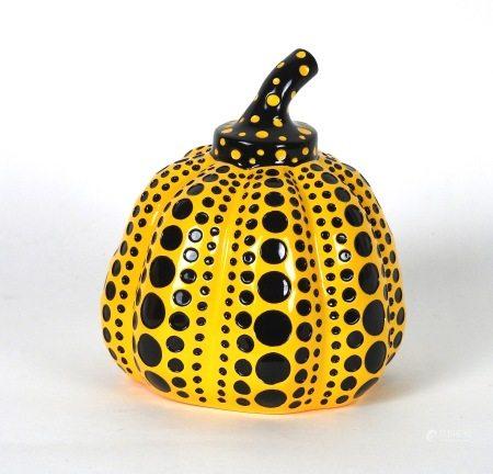 Yayoi Kusama (née en 1929)  - Citrouille en résine jaune et noire peinte à la main [...]