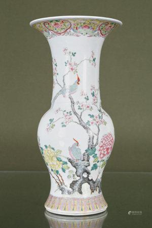 Chine  - Grand vase balustre à col évasé En porcelaine et émaux de la famille [...]