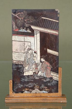 Chine  - Écran de lettré En laque de Coromandel orné de 3 personnages, portant des [...]