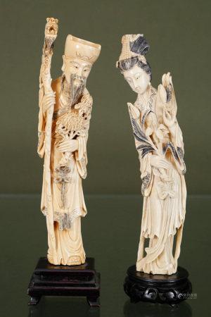 Chine  - Couple de dignitaires En ivoire sculpté, gravé et patiné, orné de [...]