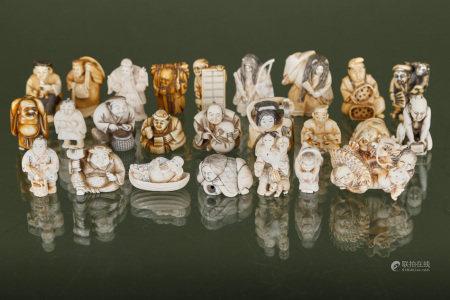 Chine  - 25 netsuke et figurines anthropomorphes En ivoire sculpté, gravé et [...]