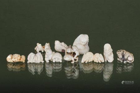 Chine  - 10 netsuke et figurines zoomorphes En ivoire sculpté, gravé et patiné, [...]